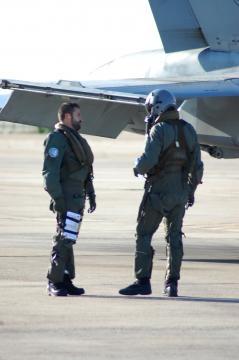 Informándose sobre la táctica. Dos pilotos departen sobre el plan a seguir.