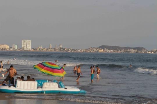 La Bahía de Mazatlán ocupada en casi toda su extensión para el provecho humano.