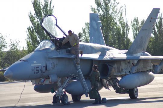 Preparación pre-vuelo. Un técnico informa al piloto del estado del avión.