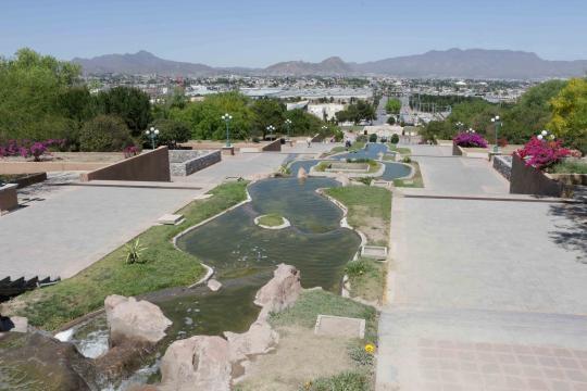 Saltillo presenta un Parque de las Maravillas redondeado con una cascada, piscina/fuente.