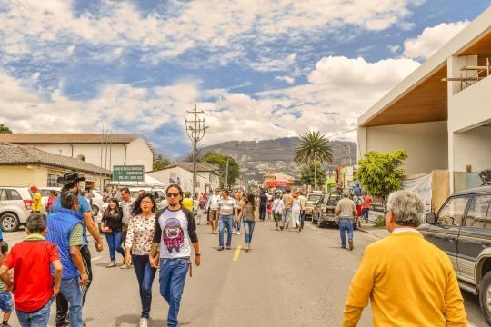 Los ecuatorianos yendo y viniendo de sufragar.