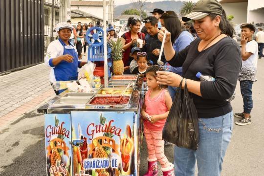 Refrescos de Gualea con frutas exóticas de esa región, se pusieron a la venta cerca de los recintos electorales.