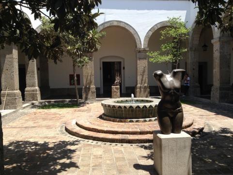 Los renovados patios del inmueble bicentenario albergan una colección de esculturas.