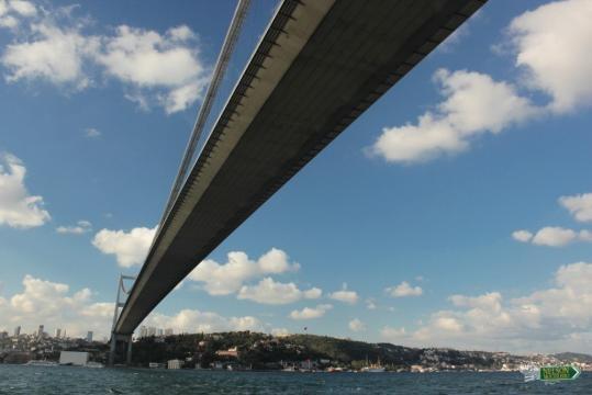 .Un puente sobre el Bósforo paso obligado