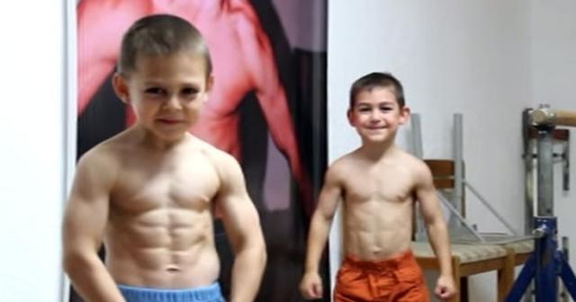 Crianças musculosas e super fortes