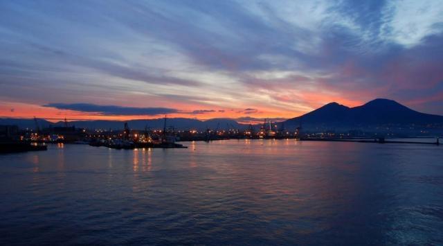 Napoli: le suggestive immagini del Porto all'alba in prmavera.
