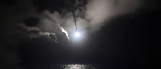 Le immagini dell'attacco missilistico degli Stati Uniti alla base siriana di al-Shayrat