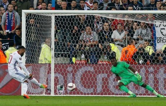 El delantero Alexandre Lacazette, podría haber jugado su último partido europeo con el Lyon. The Sun.co.uk.