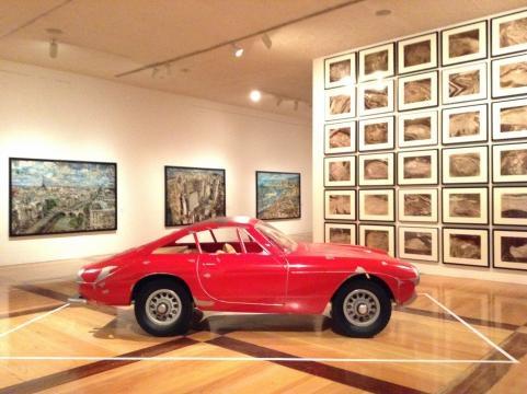 La carrocería de un vehículo se usa como parte del repertorio dimensional del artista.