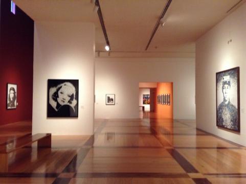 Vic Muñiz por completo en el Museo de Arte Contemporáneo de Monterrey.