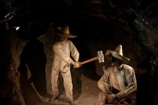 Con el apoyo de múltiples estatuas se explica la historia de las Minas El Edén.