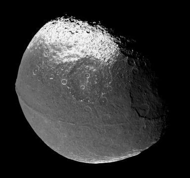 Fig. 2 Giapeto con la sua cresta equatoriale (NASA-ESA-ASI)