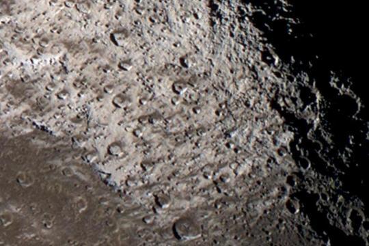 Fig. 4 Iapetus north (credit sonda Cassini-Huygens NASA-ESA-ASI)