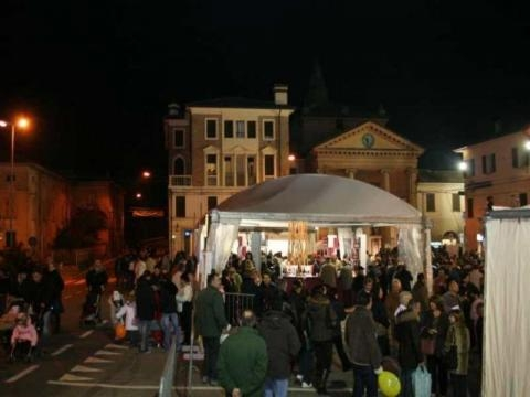 Bomporto Piazza Roma affollata di pubblico