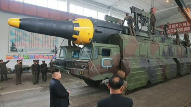 Kim Jong Un osserva il missile Hwasong-12 prima del lancio (KCNA)