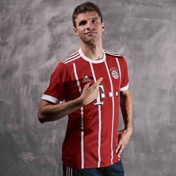 Thomas Müller con la nueva camiseta oficial. Foto: Twitter: FCBayernMünchen