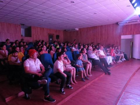 El público atento y participando en la obra