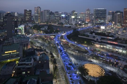 Seoullo 7017, lo Skygarden sopraelevato di Seoul. Prospetto in notturna.