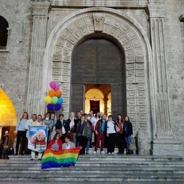 foto di gruppo con Bruno e Orlando a Palazzo dei Capitani: l'amore vince sull'odio (facebook: 50 sfumature di genere)