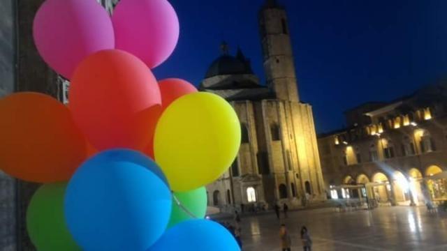 palloncini arcobaleno a Piazza del Popolo, Ascoli Piceno: l'amore vince sull'odio (via FB 50 sfumature di genere)