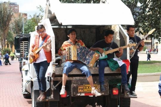 Orquesta basura en busca de transporte