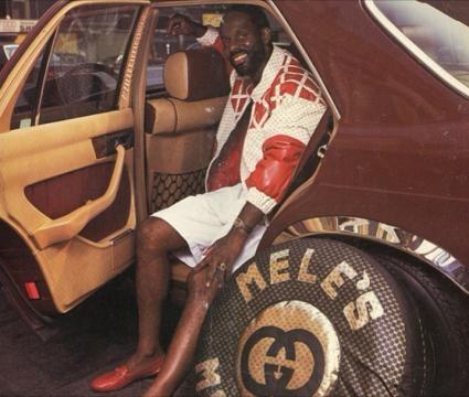 Dapper Dan in una Mercedes sfoggia il suo outfit Gucci