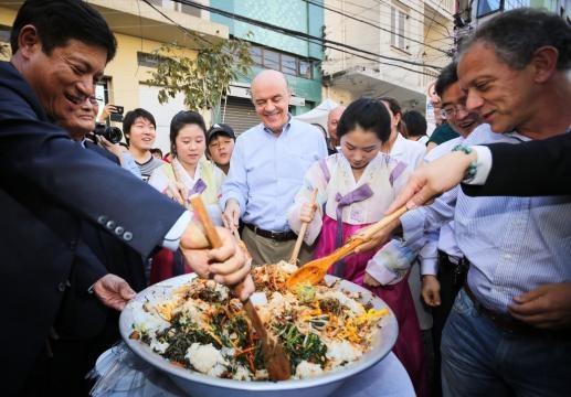 estimular comércio e apoiar iniciativas da cultura