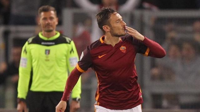 Francesco Totti lanza un beso a la tribuna tras anotar en un juego de la Serie A. (vía twitter - Sopitas.com).