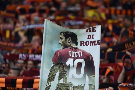 La afición del equipo romano muestra una gran manta con la imagen de su ídolo. (vía twitter - El Túnel).