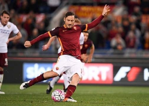 Totti ejecuta un penalti en un duelo ante el Torino. (vía twitter - Flo-Calcio ASRoma).