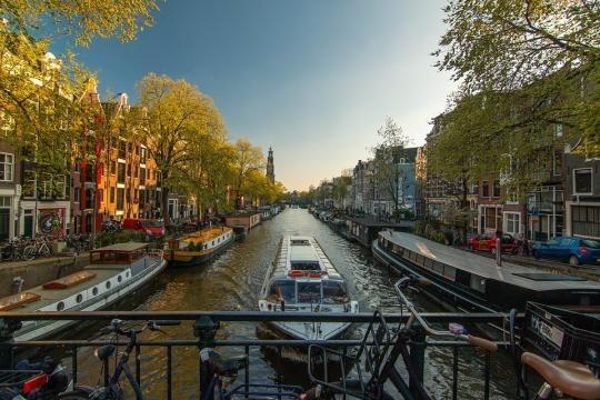 Vue de la ville d'Amsterdam depuis un pont