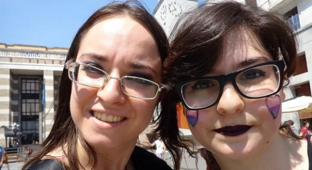 Due manifestanti in rappresentanza dei bi- e pansex.