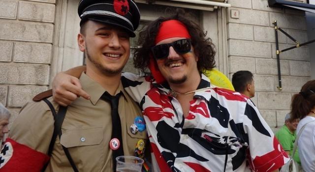 Giampietro Belotti, il finto nazista, insieme a un altro manifestante.