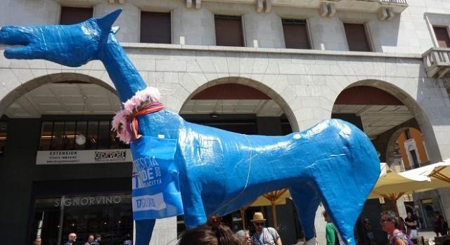 Un cavallo azzurro su un carro del Brescia Pride.