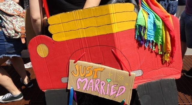 Un'auto nuziale in cartone, per augurare l'introduzione del matrimonio egualitario.