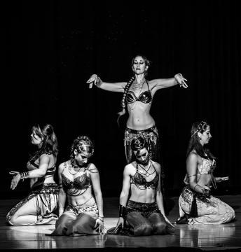 Detalle de algunas bailarinas interpretando a las esclavas de Jerjes