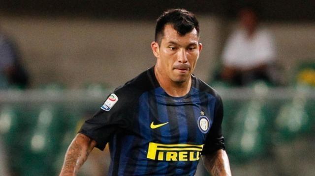 Inter, Medel operato al ginocchio a Barcellona: ne avrà per almeno ... - eurosport.com
