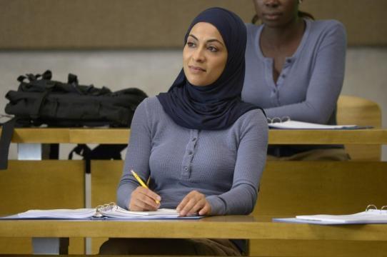 Yasmine Al Massri interpretaba a las hermanas gemelas Raina y Nimah Amin