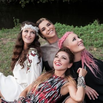 Da sinistra: Verdiana Zangaro, Roberta Pompa, Greta Manuzi e Simonetta Spiri nel video de 'L'Origine'.