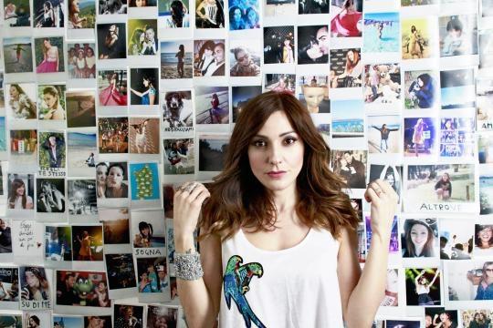 Simonetta Spiri nel video del suo nuovo singolo, 'Il Tempo di Reagire'.