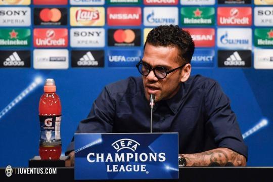 Dani Alves in conferenza stampa