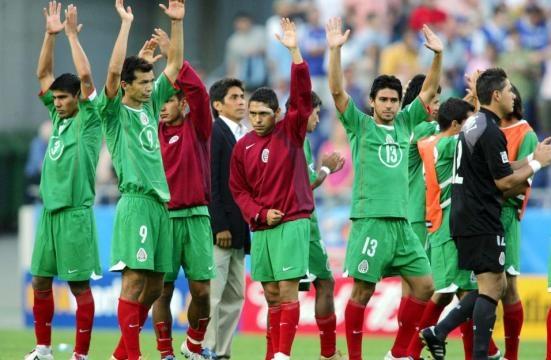 Jugadores mexicanos cabizbajos despidiendo a la afición. fuente univision.com