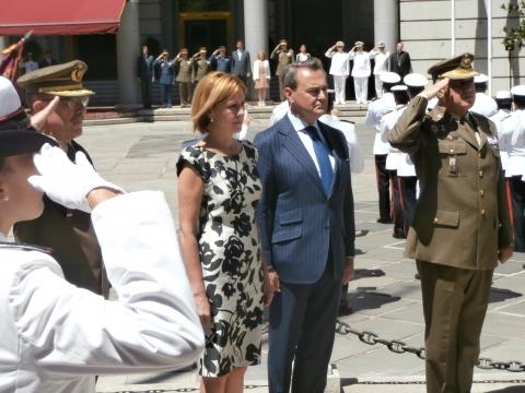 Homenaje a los caídos por parte de la ministra y el secretario de estado.