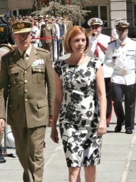 La ministra y el JEMAD pasan revista a las tropas.