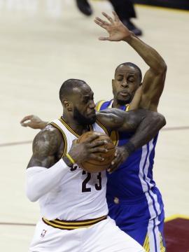 Andre Iguodala pudo bloquear el intento de 3 de LeBron para sellar la victoria. Cleveland.com.