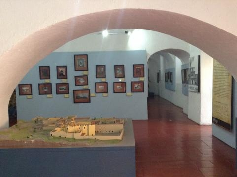 En exhibición: un registro documental del recinto y varias artes decorativas coloniales.