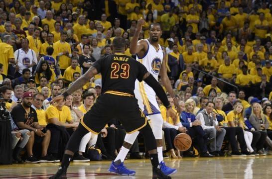 Kevin Durant estuvo espectacular en el aspecto de los rebotes en el Juego 2. Sir Charles in Charge.com.