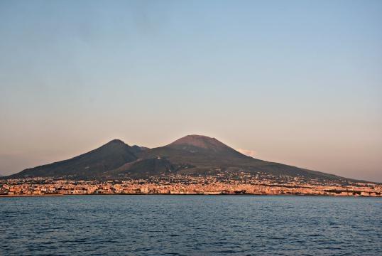 Il Vesuvio visto dal mare. Fonte pagina principale di Wikipedia.