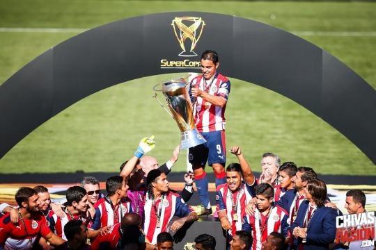 Chivas festejando la SuperCopa MX.