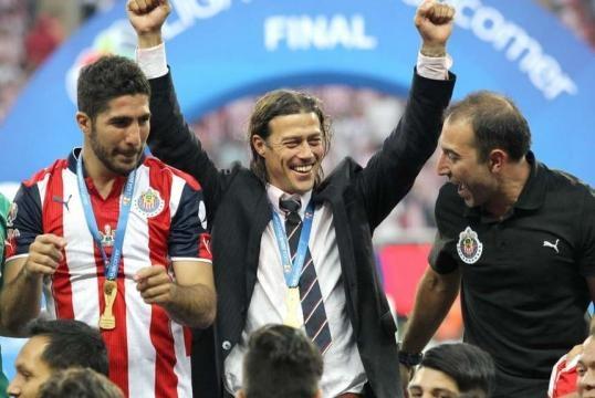 Almeyda celebrando junto a Jair Pereira al ganar la Liga Mx